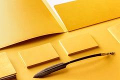 公司文具集合大模型 介绍文件夹、信头和名片在箔纸 免版税库存照片