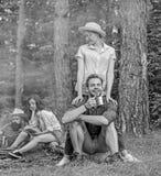 公司朋友夫妇或家庭喜欢一起放松森林发现伴侣移动和远足 令人敬畏远足 免版税库存图片