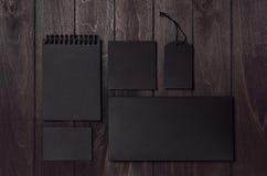 公司本体套在豪华黑暗的木委员会的空白的黑文具 免版税图库摄影