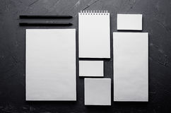 公司本体模板,在深灰具体纹理的文具 为烙记的,图表设计师介绍和p嘲笑  库存照片