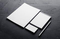 公司本体模板,在深灰具体纹理的文具 为烙记的,图表设计师介绍和p嘲笑  免版税库存图片