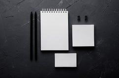 公司本体模板,在深灰具体纹理的文具 为烙记的,图表设计师介绍和p嘲笑  库存图片