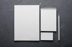 公司本体模板,在深灰具体纹理的文具 为烙记的,图表设计师介绍和p嘲笑  图库摄影