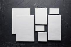 公司本体模板,在深灰具体纹理的文具 免版税库存照片