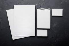 公司本体模板,在深灰具体纹理的文具 免版税库存图片