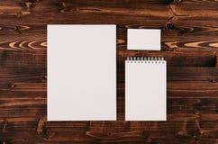 公司本体模板,在葡萄酒褐色木板的文具 为烙记的,图表设计师介绍和p嘲笑  免版税库存图片