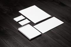 公司本体模板,在黑时髦的木背景的文具斜面 免版税库存图片