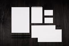 公司本体模板,在黑时髦的木背景的文具 为烙记,图表设计师的介绍嘲笑  免版税库存图片