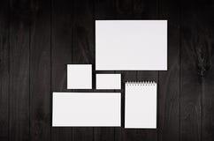 公司本体模板,在黑时髦的木背景的文具 为烙记,图表设计师的介绍嘲笑  库存图片