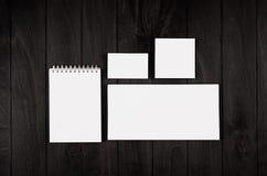 公司本体模板,在黑时髦的木背景的文具 为烙记,图表设计师的介绍嘲笑  免版税图库摄影