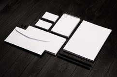 公司本体模板,文具在黑时髦的木背景设置了 免版税库存图片