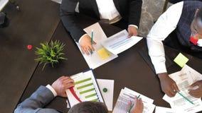 公司的领导谈论在网络事务的新的想法 顶视图 股票录像