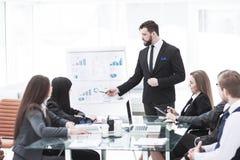 公司的高级管理人员做介绍公司` s雇员的一个新的财政项目 库存图片