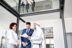 公司的主任开与中东伙伴的会谈 免版税库存图片