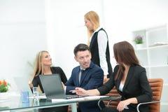 公司的经理在事务前举行一次工作会 免版税图库摄影