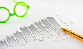 公司进展、直方图、圆珠笔,玻璃等 免版税库存图片