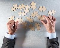 公司组织或配合概念与商人递选择竖锯 免版税库存照片