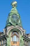 公司`歌手` 1904年特写镜头的大厦的圆顶反对蓝天的 圣彼德堡 免版税库存照片