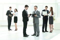 公司` s雇员准备开始业务会议 免版税库存图片