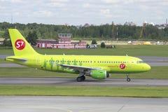 公司S7西伯利亚航空公司在滑行道的空中客车A319 (VP-BHP)的飞机 普尔科沃,圣彼德堡 免版税图库摄影