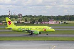 公司S7西伯利亚航空公司空中客车A319 (VP-BHP)的飞机在机场普尔科沃 圣彼德堡 免版税库存照片