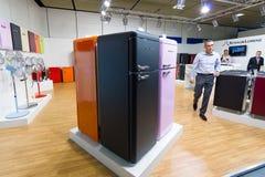 公司Schaub洛伦茨冰箱立场和原型在减速火箭的样式的 免版税库存图片