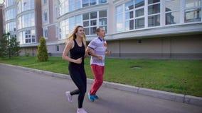 公和母赛跑者 跑步在城市的街道 影视素材