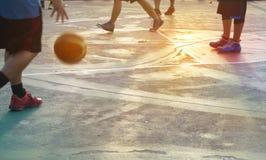公园、柔和的淡色彩和迷离概念的抽象蓝球运动员 免版税库存图片
