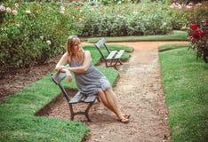 公园休息的妇女年轻人 免版税图库摄影