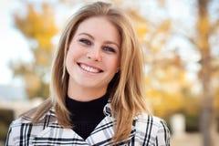 公园俏丽的微笑的妇女年轻人 图库摄影