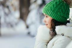 公园冬天妇女年轻人 库存照片