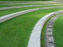 公园台阶的室外绿色庭院弯曲线木套鞋从,但是 库存图片