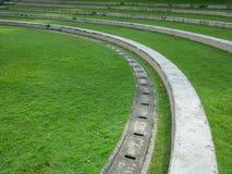 公园台阶的室外绿色庭院弯曲线木套鞋从,但是 免版税库存照片
