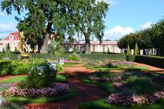 公园合奏Peterhof的疆土在圣彼得堡 免版税库存照片