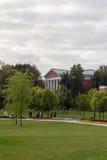 公园和一个老房子的风景看法 秋天 莫斯科 俄国 库存图片