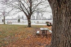 公园和少量长凳 库存图片