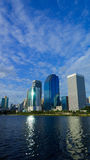 公园和湖在中心城市 免版税库存图片