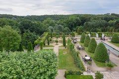 公园和餐馆的大阳台的看法在公园 免版税库存照片