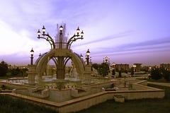 公园喷泉在晚上 免版税库存图片