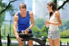 公园喷泉夫妇赛跑者喝 免版税图库摄影