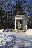 公园圆形建筑的冬天 库存照片