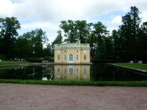 公园圣徒的Peterburg, Tsarskoye selo湖房子 免版税库存照片