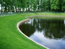 公园圣徒的Peterburg Letniy哀伤的湖 库存照片