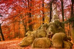 公园在Kromlau,萨克森,德国 惊奇,五颜六色的秋天backg 免版税库存图片