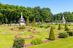 公园在Peterhof宫殿在圣彼德堡 免版税库存照片