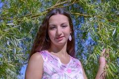 公园夏天妇女年轻人 免版税库存照片