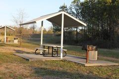 公园好的下午的好的小的野餐房子 免版税库存照片