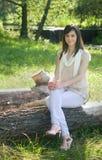 公园妇女年轻人 库存图片