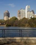 公园山麓池塘 免版税库存图片