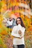 公园微笑的妇女 免版税库存图片